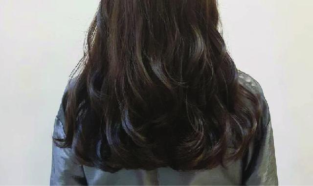 ลอนผมสวย ออกแบบทรงผม จัดแต่งทรงผม ที่ร้าน ATAMA hair salon ใกล้BTSศาลาแดง